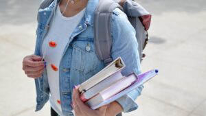 Student med bøker (bilde)