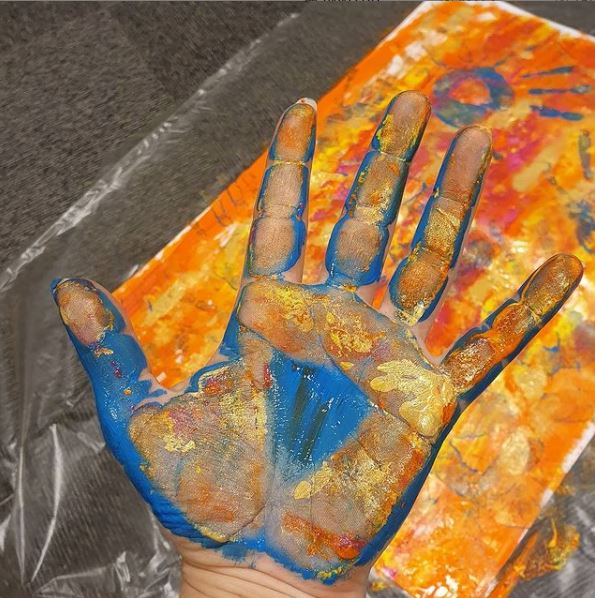 Painted hand (image)