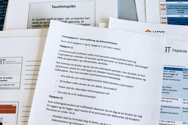 Ulike dokumenter som ligger sprett på et bord