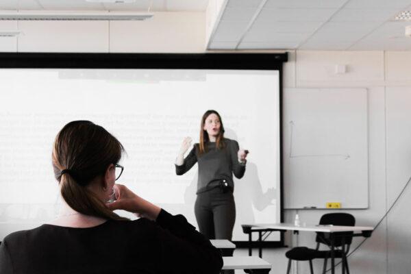 Linn Bauck fra Gatejuristen underviser ved KBT (bilde)