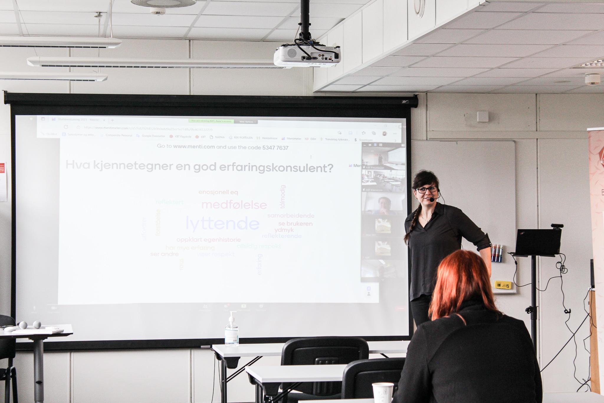 Anne Hirrich taler til studentene (bilde)
