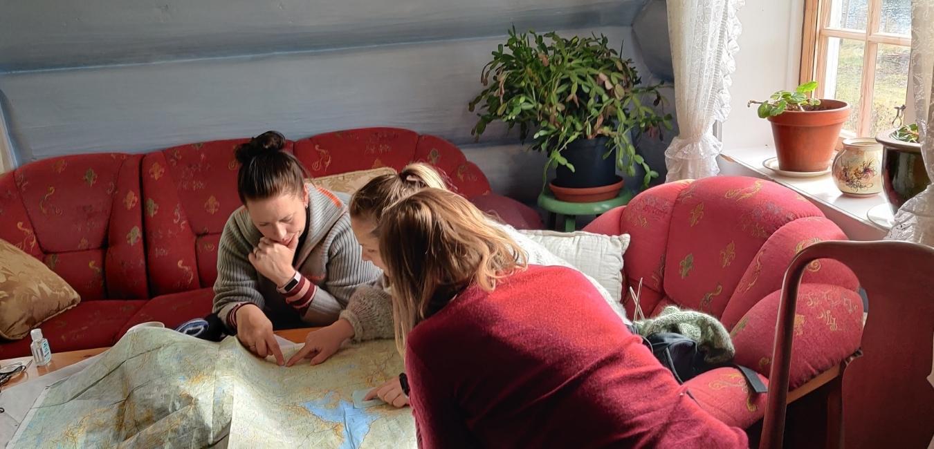 To kvinner leser kart (bilde)